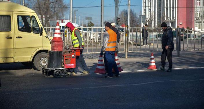 Сотрудники городских служб проводят санитарную обрезку деревьев, загораживающих светофоры и дорожные знаки, наносят разметку, устанавливают светофоры, проводят наружное освещение.