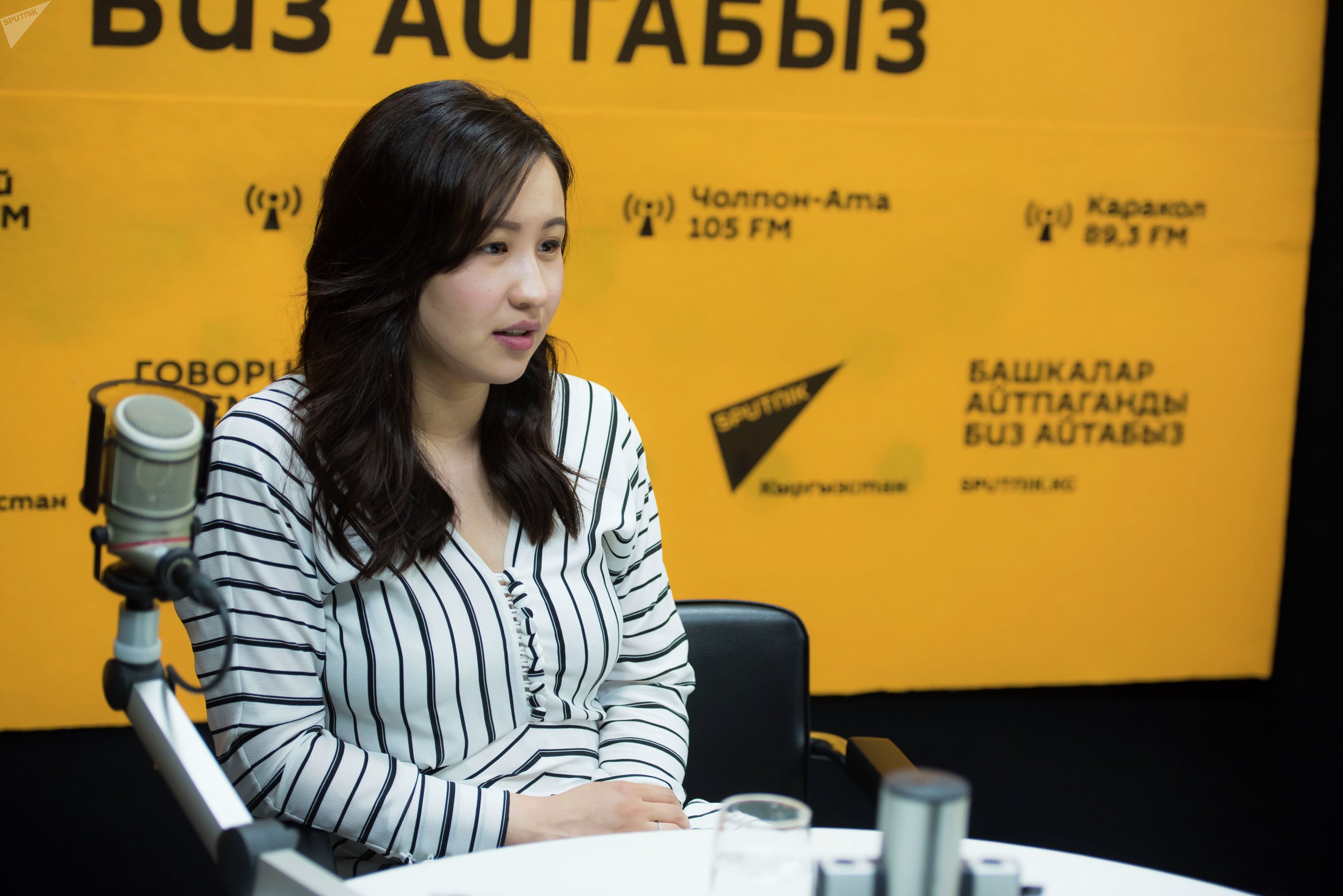Телеведущая и супруга певца Мирбека Атабекова Мээрим Толопберген во время беседы на радио Sputnik Кыргызстан