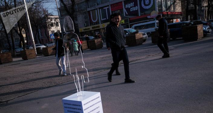 В разных частях Бишкека установили фигуры невидимых детей