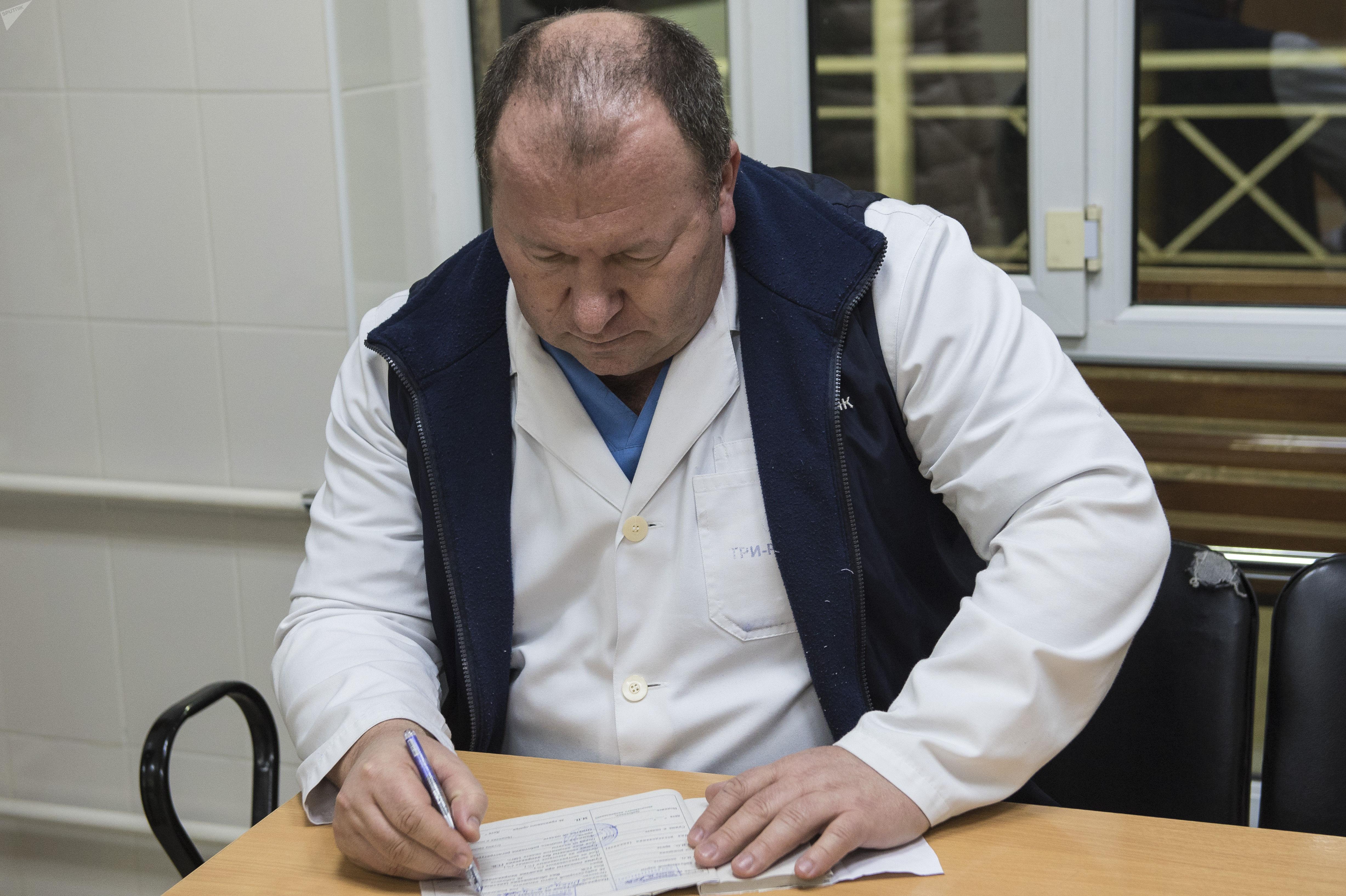 Врач Константин Роменский Бишкекского научно-исследовательского центра травматологии и ортопедии