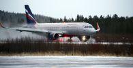 Самолет авиакомпании Аэрофлот на взлетно-посадочной полосе международного аэропорта Мурманск в городском поселении Мурмаши Мурманской области.