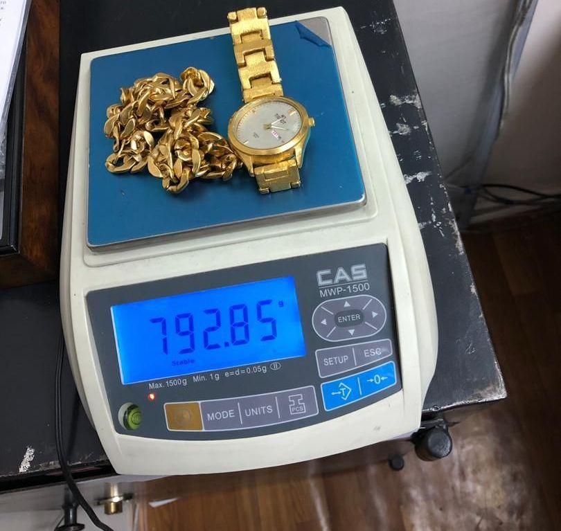 Сотрудники Государственной таможенной службы задержали мужчину, который хотел незаконно вывезти из Кыргызстана драгоценности — самодельные золотые часы и цепочку