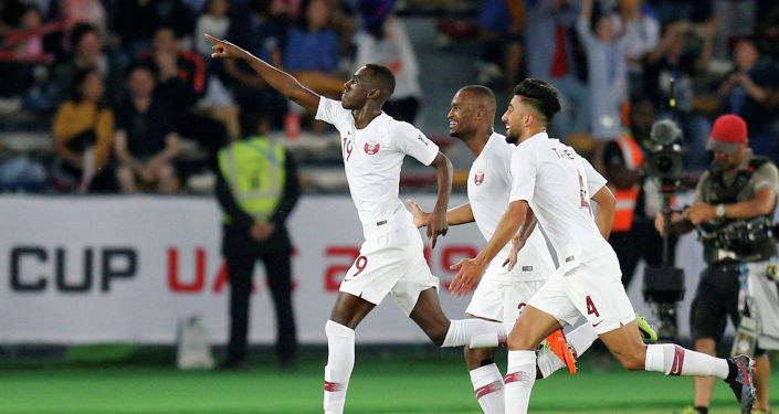 Футболист Катара Альмоез Али празднует забив свой первый гол с товарищами по команде в финале Кубка Азии в Абу-Даби. 1 февраля 2019 года