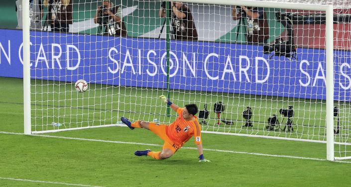 Вратарь сборной Япони Шуичи Гонда пропускает гол с пенальти в финальном футбольном матче Кубка Азии АФК 2019 между Японией и Катаром на стадионе Мохаммеда бен Заида в Абу-Даби. 1 февраля 2019 года