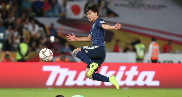 Нападающий сборной Японии Такуми Минамино (вверху) уступает вратарю Катара Сааду Аль-Шибу во время финального футбольного матча Кубка Азии по футболу 2019 года между сборными Японии и Катара на стадионе Мохаммеда бен Заида в Абу-Даби 1 февраля 2019 года.