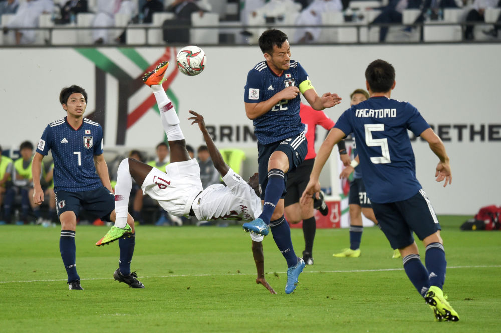 Нападающий сборной Катара Аль-Мозе Али забивает гол через себя во время финального футбольного матча Кубка Азии в ОАЭ . 1 февраля 2019 года