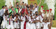 Игроки Катара празднуют трофей после победы на финальном футбольном матче Кубка Азии АФК между Японией и Катаром на стадионе Мохаммеда бен Заида в Абу-Даби. 1 февраля 2019 года