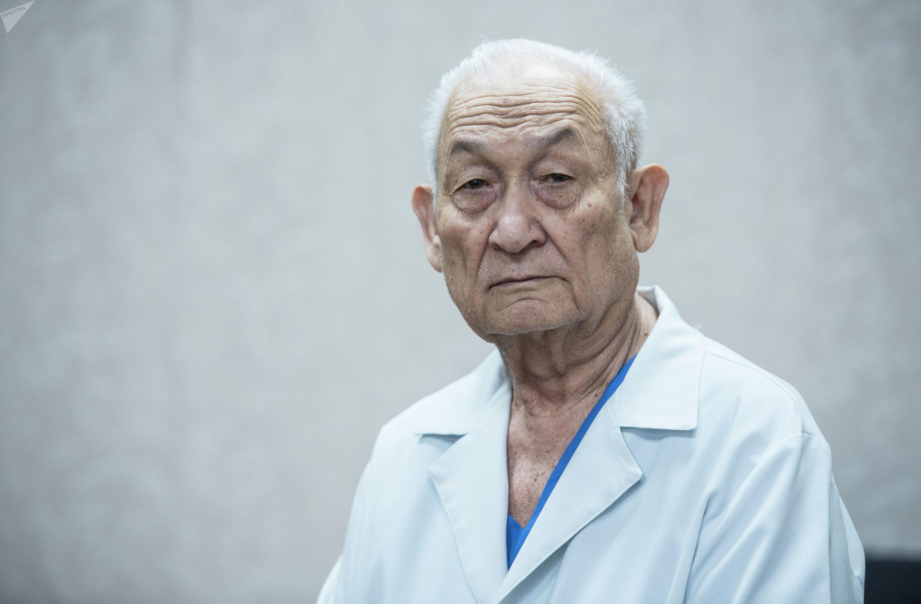 Доктор медицинских наук, профессор Эрнст Акрамов в рабочем кабинете