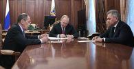 Президент РФ Владимир Путин, министр иностранных дел РФ Сергей Лавров  и министр обороны РФ Сергей Шойгу  во время встречи.