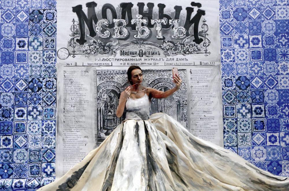 Художница Мария Гасанова во время работы над проектом Живая картина на фестивале искусств в Красноярске