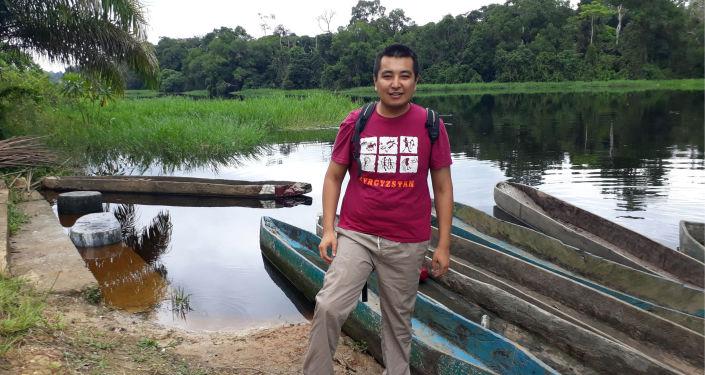 Кыргызстанец Чингиз Мансуров работает менеджером по логистике в Медицинской гуманитарной организации Врачи без границ. Он ездит в страны Африки, чтобы помогать людям