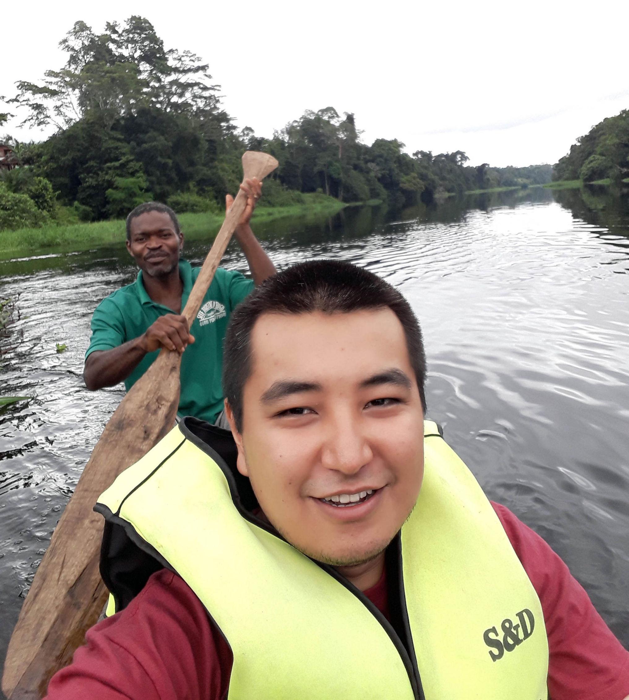 Кыргызстанец Чингиз Мансуров  на прогулке на каноэ на реке Ньонг, Камерун