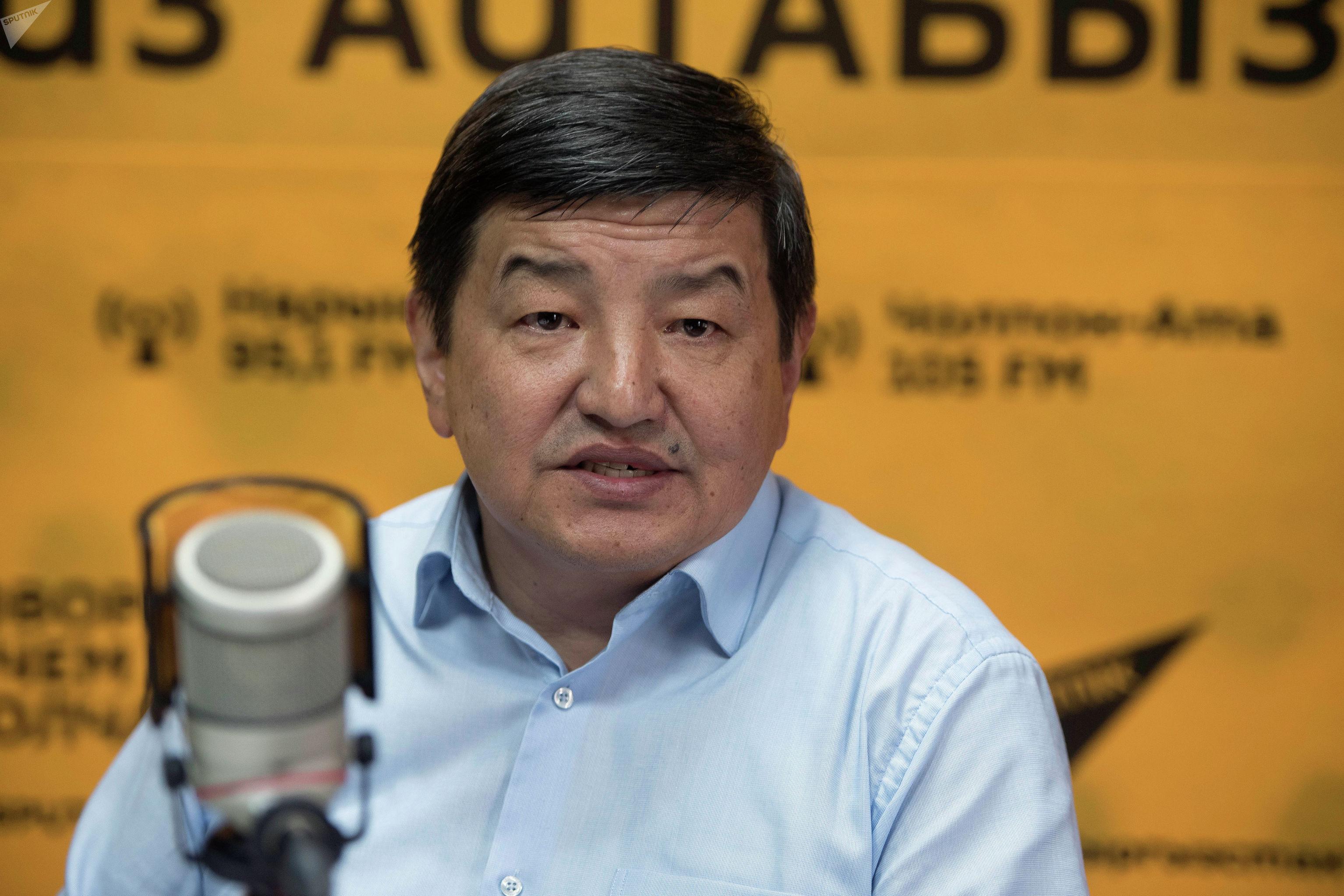 Депутат Жогорку Кенеша от фракции Бир Бол, экономист Акылбек Жапаров во время беседы на радио Sputnik Кыргызстан