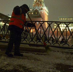 Дворник убирает площадь от снега. Архивное фото