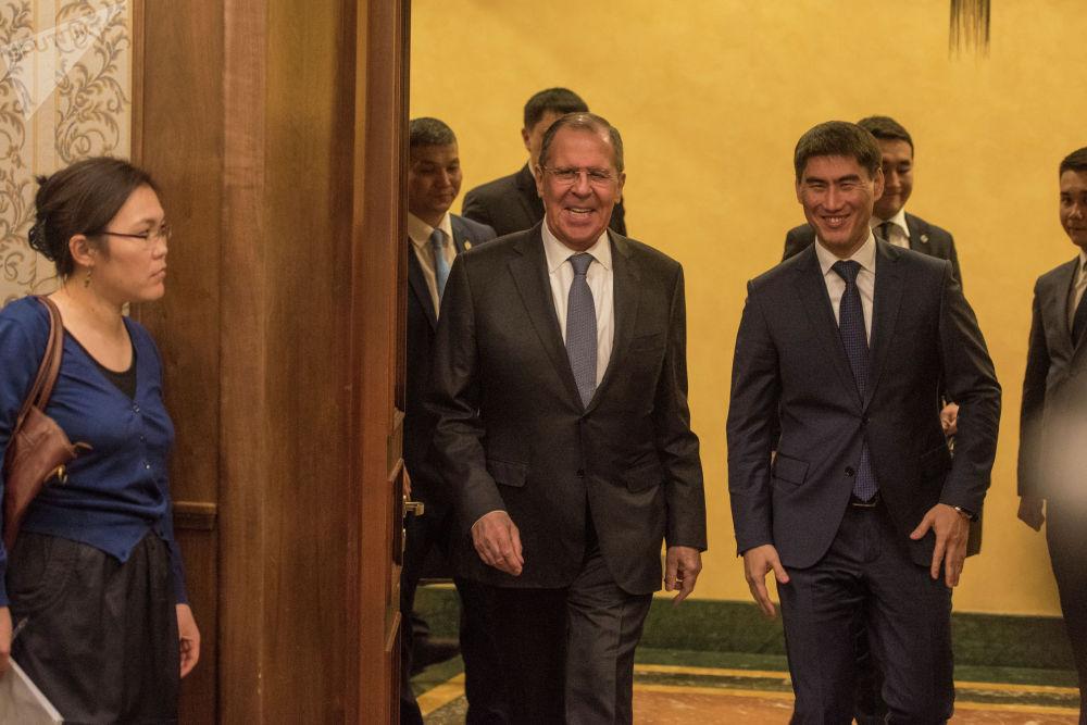 В Кыргызстане с официальным визитом побывал министр иностранных дел РФ Сергей Лавров. Он встретился с президентом, главой МИД и студентами КРСУ.