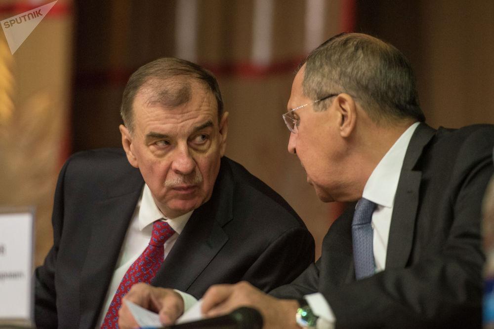 Министр иностранных дел России Сергей Лавров и экс-посол РФ в КР Андрей Крутько
