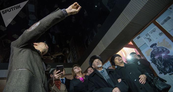 Люди на открытии музея кыргызскому силачу Кожомкулу Каба уулу в одноименном дворце спорта в Бишкеке