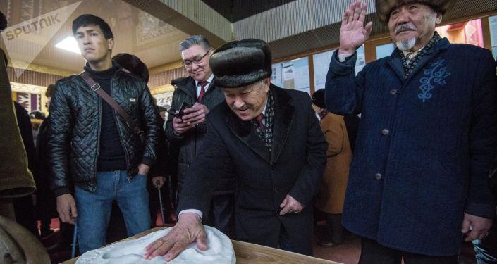Люди рассматривают экспонаты на открытии музея кыргызскому силачу Кожомкулу Каба уулу в одноименном дворце спорта в Бишкеке