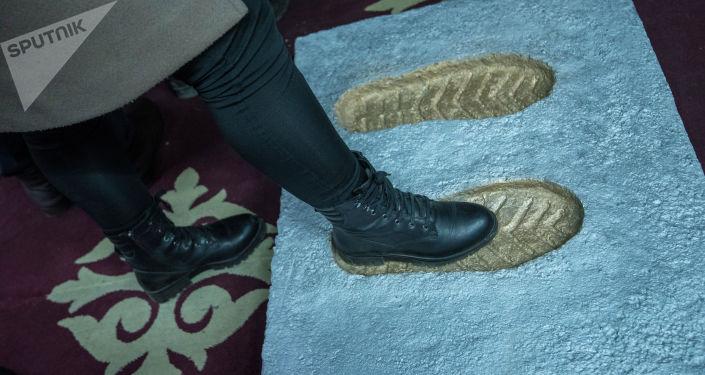 Следы ноги кыргызского силача Кожомкула Каба уулу в музее во дворце спорта в Бишкеке