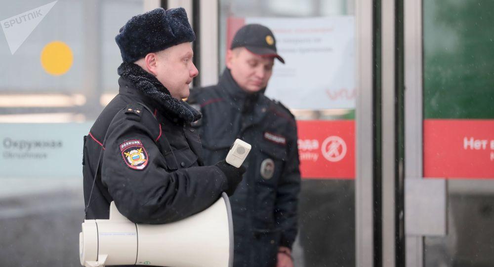 Сотрудник полиции у станции метро в Москве. Архивное фото