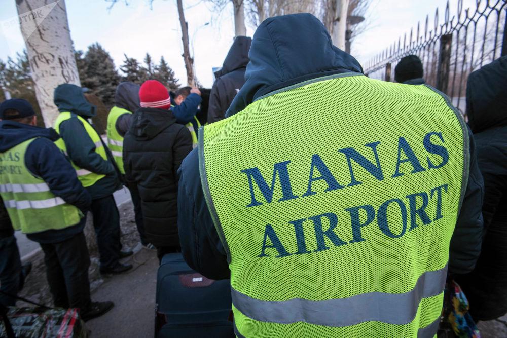 Сотрудники спецслужб выяснили, что сообщение о бомбе ложное. После этого в аэропорт запустили персонал, а затем пассажиров.