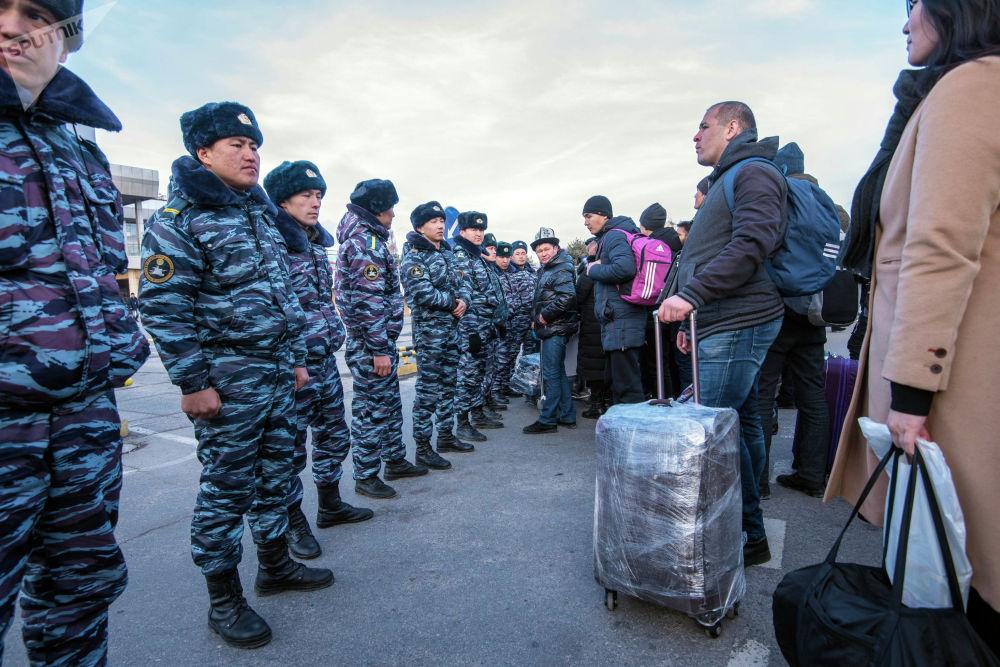 Кыргызстандын укук коргоо органдарынын өкүлдөрү бомба коюлду деген маалымат түшкөндөн кийин Манас эл аралык аэропортунун чет-жакасын курчоого алды