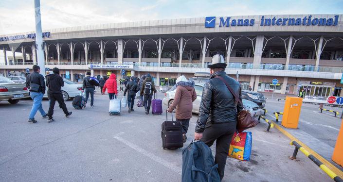 Пассажиры в аэропорту Манас, который возобновляет работу после сообщения о взрывном устройстве