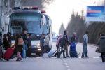 Пассажиры идут в аэропорт Манас, который возобновляет работу после сообщения о взрывном устройстве