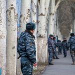 Сотрудники правоохранительных органов около здания аэропорта Манас, где было сообщение о заложенной бомбе