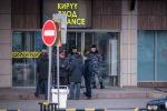 Сотрудники правоохранительных органов у входа в здание аэропорта Манас, где было сообщение о заложенной бомбе. Архивное фото