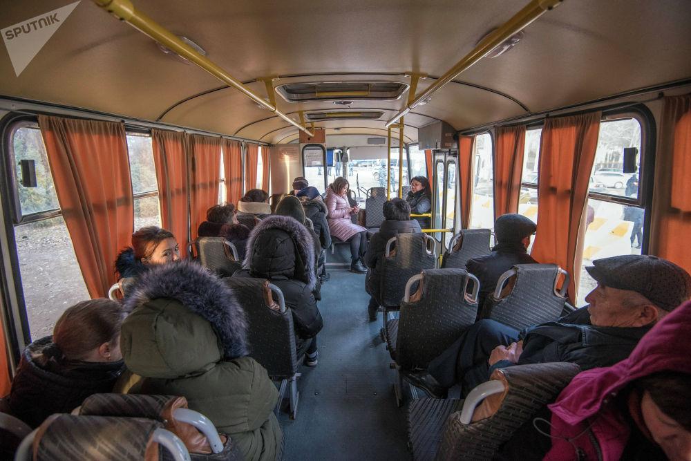 Пассажирам и персоналу предоставили автобусы, в которых они могли погреться