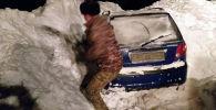 Автомобиль Daewoo Matiz завалило снегом из-за лавины Сары-Таш — Дароот-Коргон — Карамык
