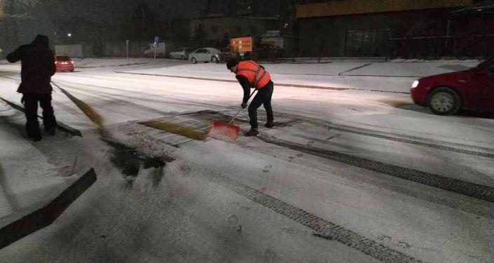 Сотрудники муниципального предприятия Тазалык приступили к уборке снега на столичных улицах.