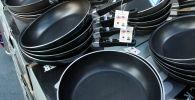 Продажа сковородок. Архивное фото