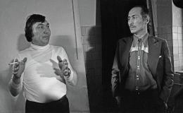 СССРдин эл артисттери Болот Миңжылкиев, Сүймөнкул Чокморовдун жана оператор Кадыржан Кыдыралиевдин сүрөтү 1980-жылы Фрунзе шаарында тартылган