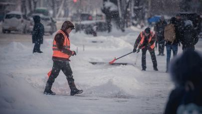 Сотрудники МП Тазалык во время уборки снега. Архивное фото