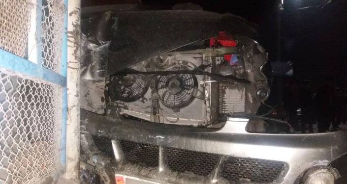Hyundai Starex автоунаасынын тормозу кармабай калып, соода күркөсүнө барып урунуп, 13 жаштагы баланы басып калган