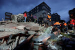 Спасатели работают на месте обрушенного жилого здания в районе Картал, Стамбул, Турция, 6 февраля 2019 года