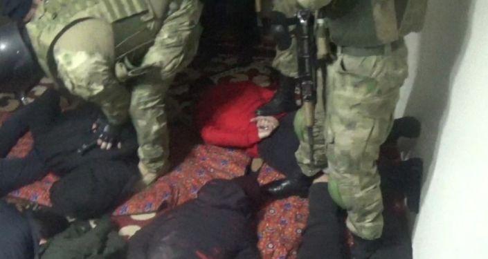 Среди задержанных есть сбежавший из исправительного учреждения № 43 города Кызыл-Кия. Он был судим за незаконное лишение свободы, кражу, грабеж и убийство человека.