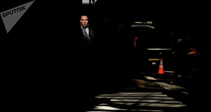 Мужчина идет по улице. Архивное фото