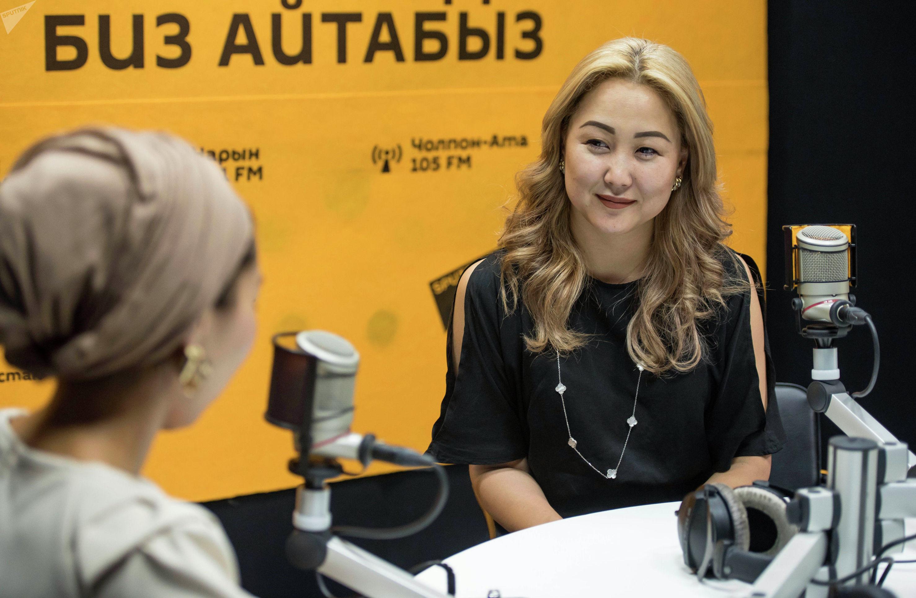 Генеральный менеджер Event-агентства Асылбашев Креатив Дарика Асылбашева во время беседы на радио Sputnik Кыргызстан