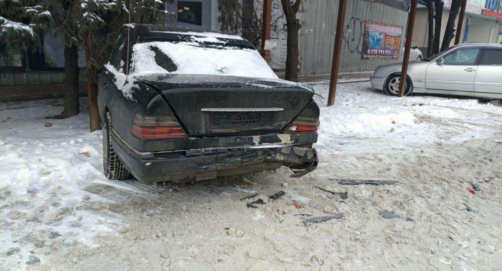 В Бишкеке BMW врезался в припаркованный Mercedes-Benz и скрылся с места происшествия