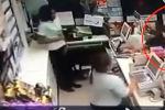 Грабитель угрожал продавщицам ножом, и одна из них прикрылась коллегой.