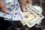 Сотрудник проверяет банкноты в долларах США. Архивное фото