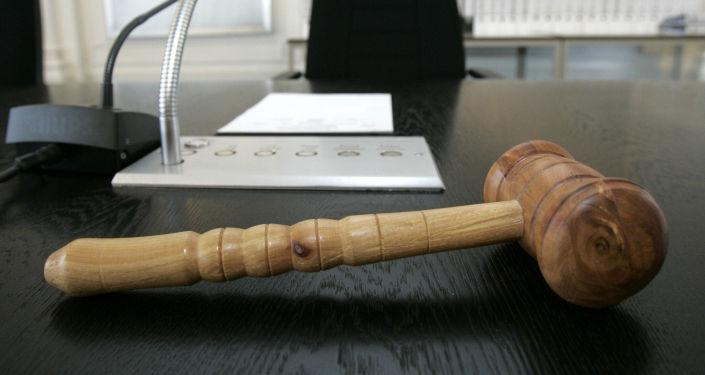 Деревянный молоток судьи лежит в окружном суде в Карлсруэ. 26 июля 2005 года