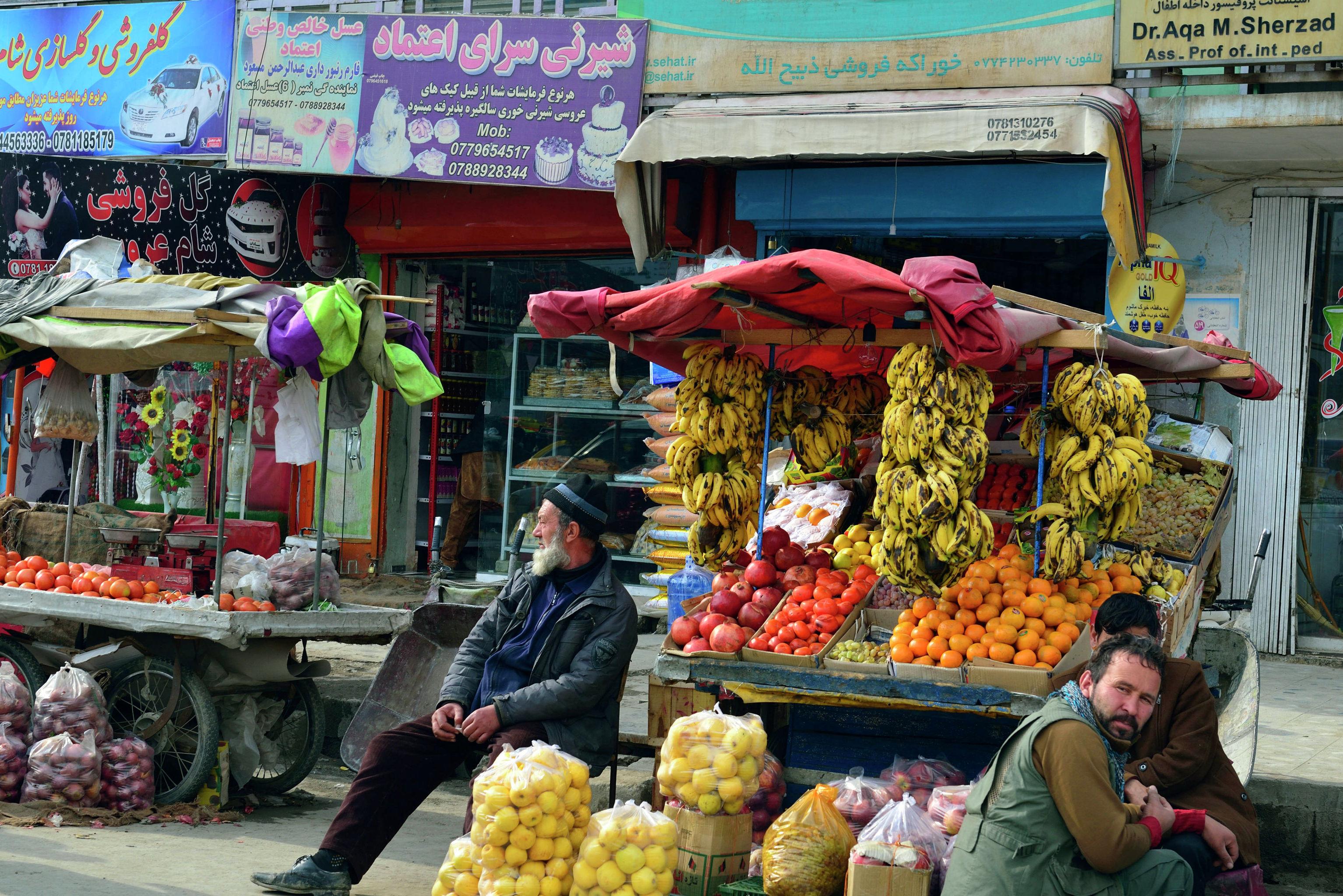 Продавец овощей и фруктов на одном из рынков Кабула