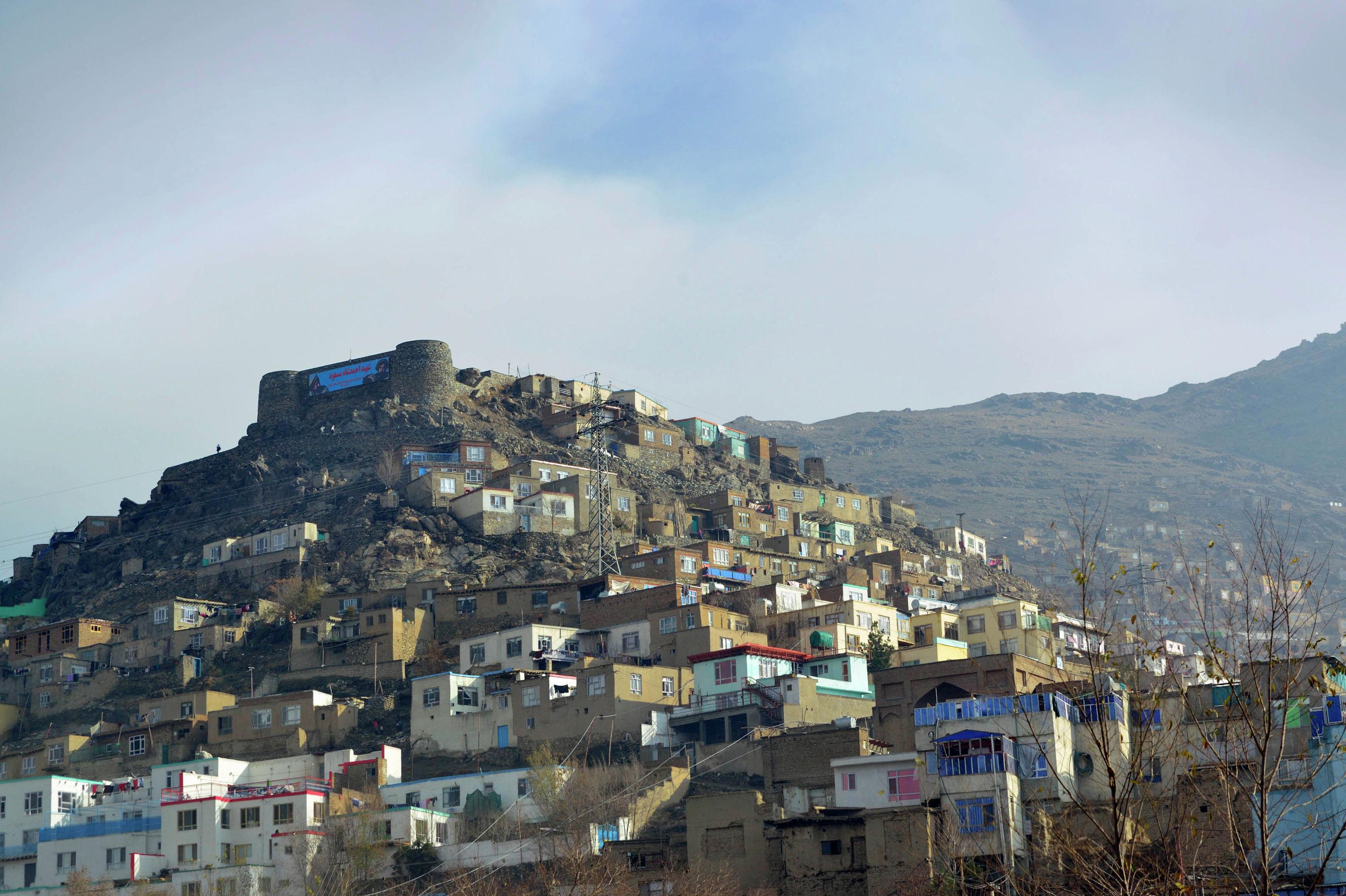 Вид на дома в возвышенности в Кабуле