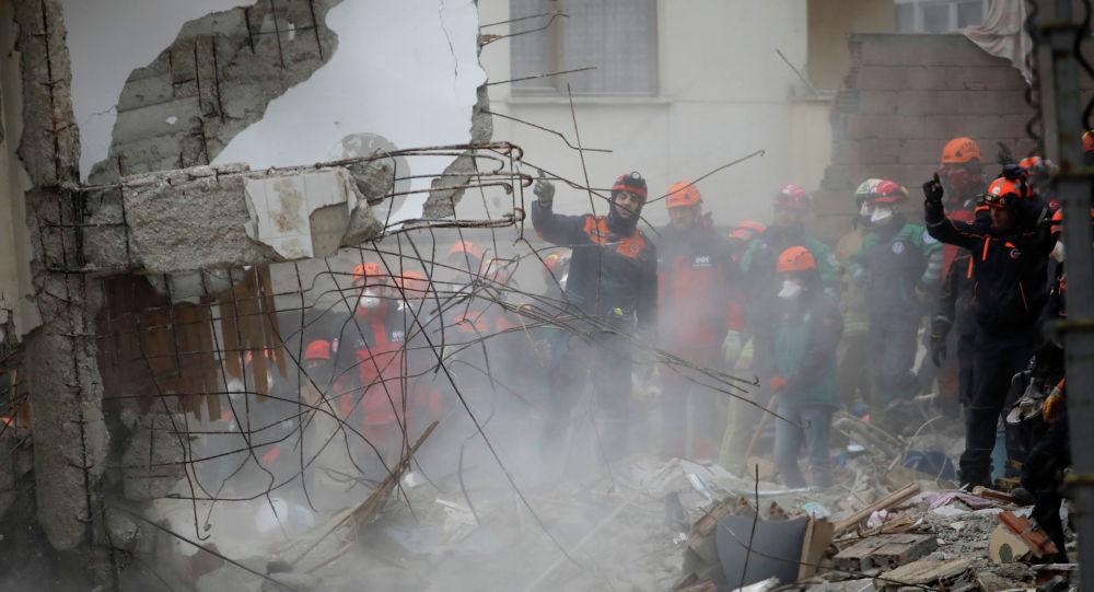 Спасатели работают на месте обрушенного жилого здания в районе Картал, Стамбул, Турция, 7 февраля 2019 года