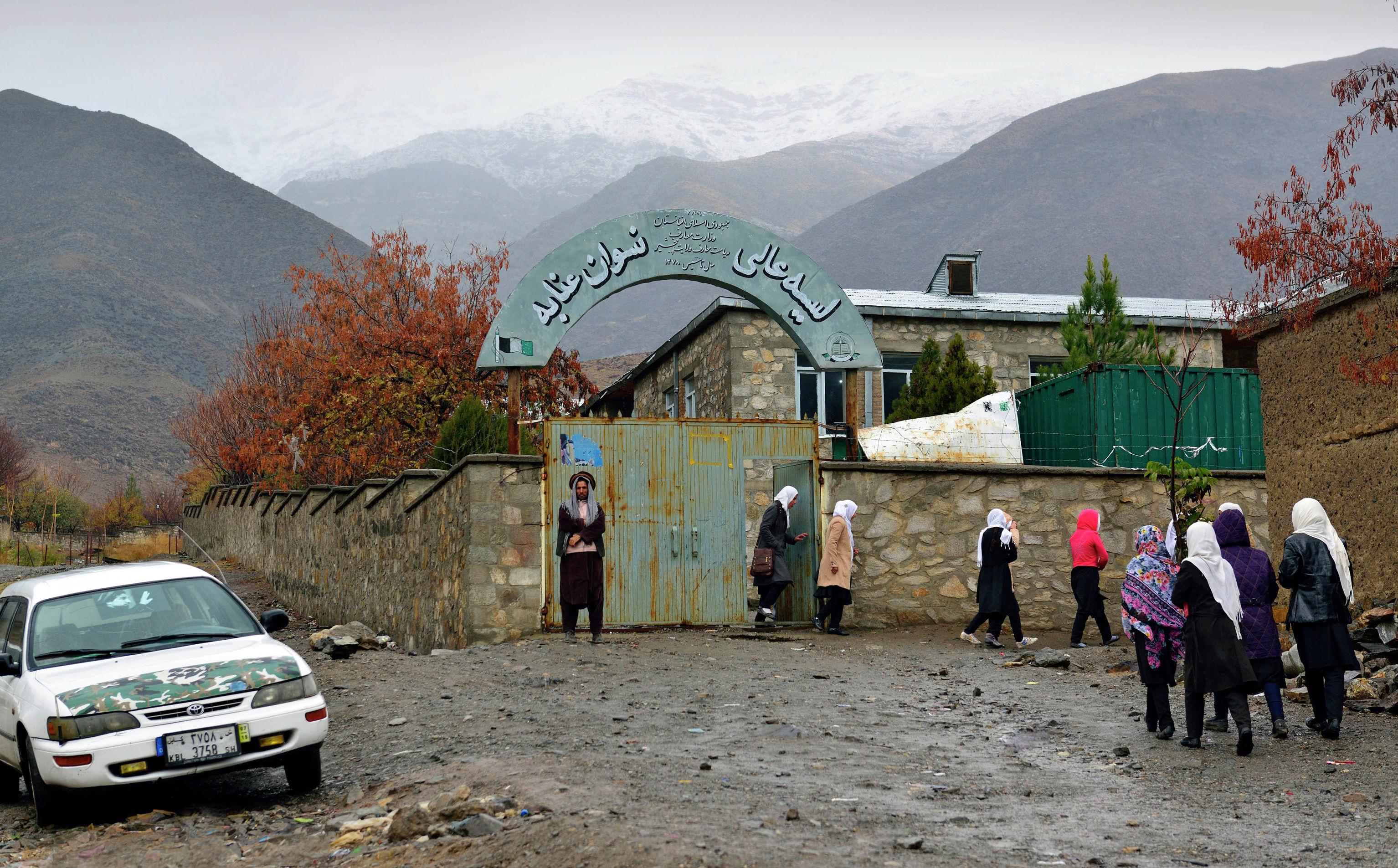 Школа для девочек в городе Базарак (Панджшерское ущелье).