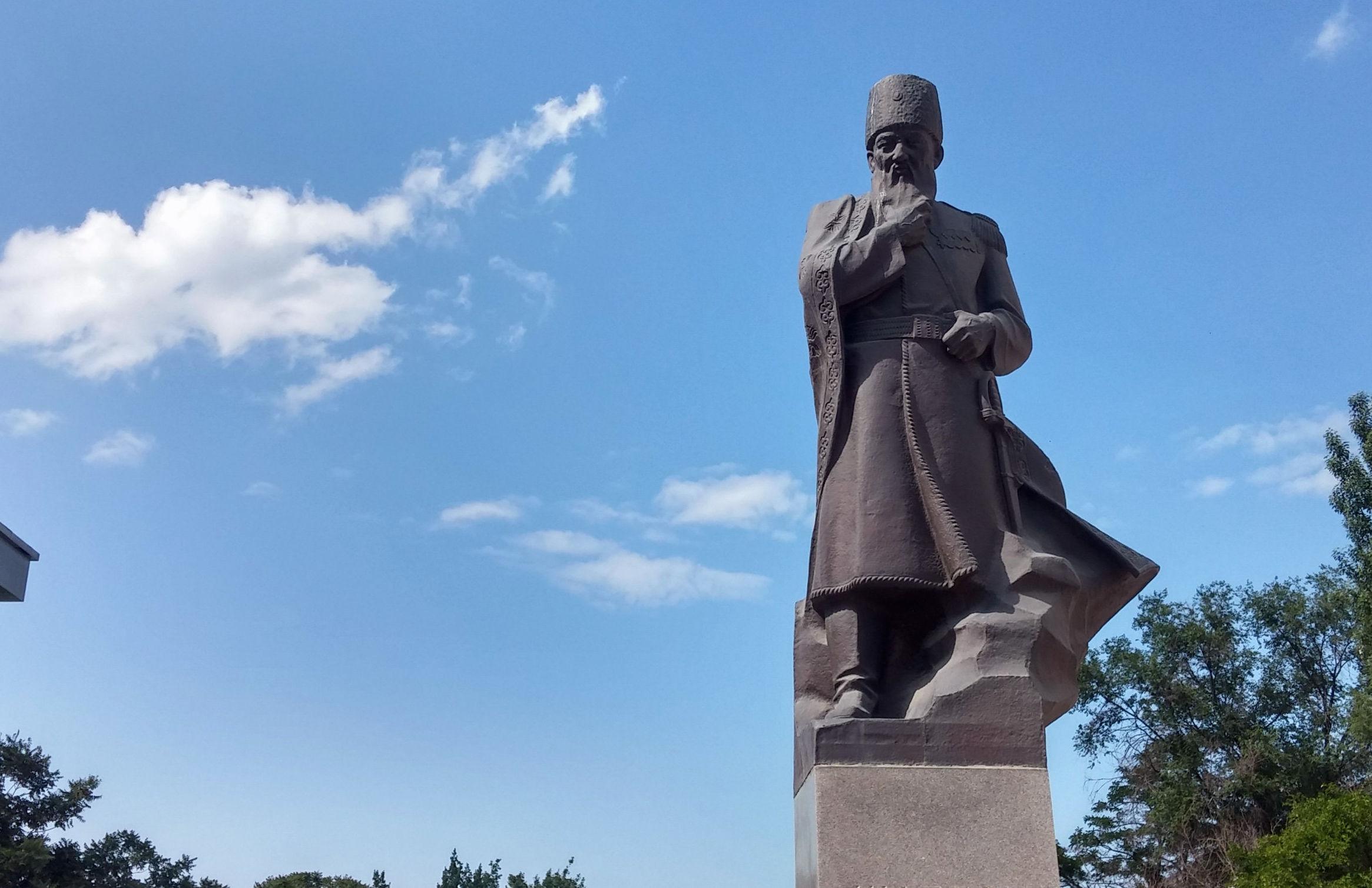 Памятник Шабдан Джантаев установлен в 1980 г. на Аллее Молодежи, ниже филармонии.
